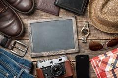 Ενδύματα και εξαρτήματα ατόμων ` s στους ξύλινους πίνακες στοκ φωτογραφίες με δικαίωμα ελεύθερης χρήσης