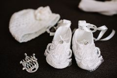Ενδύματα μωρών για νεογέννητο στο γκρίζο κάλυμμα στοκ εικόνες