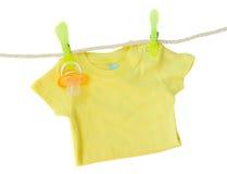Ενδύματα μωρών που κρεμούν στο σχοινί στοκ εικόνες