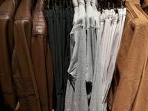 Ενδύματα πολυτέλειας για τα άτομα σε ένα κατάστημα Στοκ Φωτογραφία