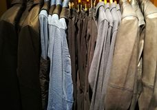 Ενδύματα πολυτέλειας για τα άτομα σε ένα κατάστημα Στοκ Εικόνα