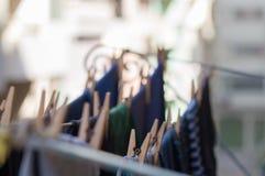 Ενδύματα που κρεμούν σε μια σκοινί για άπλωμα στο μπαλκόνι στοκ φωτογραφία με δικαίωμα ελεύθερης χρήσης