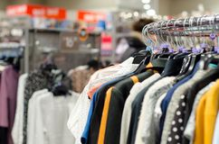 Ενδύματα στις κρεμάστρες στο κατάστημα στοκ φωτογραφία
