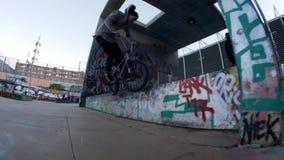 Ενεργά διαφορετικά τεχνάσματα πρακτικών αναβατών BMX στο ποδήλατο στο αστικό περιβάλλον φιλμ μικρού μήκους