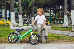 Ενεργά ξανθά αγόρι και ποδήλατο παιδιών κοντά στη θάλασσα Παιδί μικρών παιδιών που ονειρεύεται και που έχει τη διασκέδαση τη θερμ Στοκ φωτογραφία με δικαίωμα ελεύθερης χρήσης