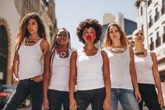 Ενεργά στελέχη που διαμαρτύρονται για την ενδυνάμωση γυναικών Στοκ εικόνα με δικαίωμα ελεύθερης χρήσης