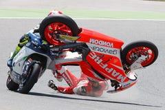 Ενεργειακά Grand Prix τεράτων Catalunya MotoGP Οδηγοί Jordi Torres και Δομίνικος Aegerter, συντριβή Moto Moto2 στοκ εικόνα