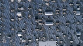Ενεργειακή παραγωγή, φιλική προς το περιβάλλον ηλιακή μπαταρία στη στέγη του σπιτιού υπαίθρια, εναέρια έρευνα φιλμ μικρού μήκους