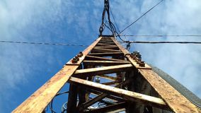 Ενεργειακό καλώδιο δύναμης υψηλής τάσης με το μπλε ουρανό Στοκ εικόνα με δικαίωμα ελεύθερης χρήσης