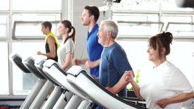 Ενεργητική ανώτερη γυναίκα που ασκεί treadmill φιλμ μικρού μήκους
