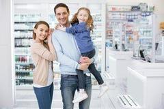 Ενεργητική θετική οικογένεια που φθάνει στο φαρμακείο στοκ φωτογραφία με δικαίωμα ελεύθερης χρήσης