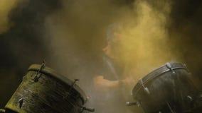Ενεργητική μουσική κατά την εκτέλεση ενός επαγγελματικού τυμπανιστή Μαύρη ανασκόπηση απόθεμα βίντεο