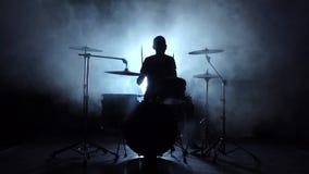 Ενεργητική μουσική κατά την εκτέλεση ενός επαγγελματικού τυμπανιστή Μαύρη ανασκόπηση σκιαγραφία κίνηση αργή απόθεμα βίντεο