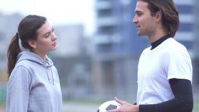 Ενεργοί νέο κορίτσι και τύπος sportswear στο νέο τύπο και κορίτσι sportswear στον υπαίθρια όμορφο αθλητικό νεαρό άνδρα ζευγών απόθεμα βίντεο