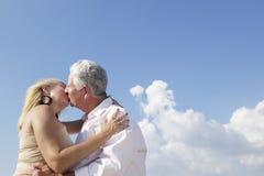Ενεργοί συνταξιούχοι, ρομαντικό ηλικιωμένο ζεύγος ερωτευμένοι και kissi στοκ εικόνες