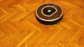 Ενεργοποίηση του εσωτερικού κενού καθαρίζοντας ρομπότ, ευφυείς οικιακές συσκευές απόθεμα βίντεο