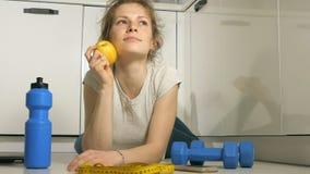 Ενεργός αθλητική αθλητική γυναίκα με την πετσέτα στην αθλητική εξάρτηση που τρώει το μήλο μετά από την κατάρτιση απόθεμα βίντεο