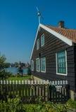 Ενεργός ανεμόμυλος σε μια ηλιόλουστη ημέρα, Κάτω Χώρες Στοκ Εικόνες