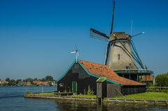Ενεργός ανεμόμυλος σε μια ηλιόλουστη ημέρα, Κάτω Χώρες Στοκ Φωτογραφίες