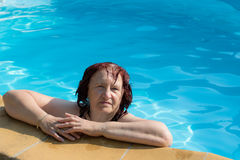 Ενεργός ανώτερη γυναίκα σε μια πισίνα Στοκ εικόνα με δικαίωμα ελεύθερης χρήσης