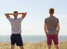 Ενεργός δύο ανθρώπων ευτυχής χρόνος εξόδων στη θερινή φύση στοκ εικόνες