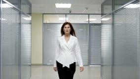 Ενεργός επιχειρησιακή γυναίκα τρόπου ζωής που περπατά στην εργασία στην αρχή φιλμ μικρού μήκους