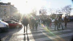 Ενεργός ζωή στη μεγάλη πόλη, πολλοί πεζοί που περπατά πέρα από την οδό, κανόνες κυκλοφορίας απόθεμα βίντεο