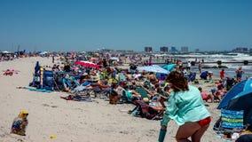 Ενεργός ηλιόλουστη ημέρα με τους ανθρώπους στην παραλία στην ωκεάνια πόλη, νέο Jersery με την Ατλάντικ Σίτυ στο βίντεο χρονικού σ απόθεμα βίντεο
