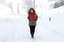 Ενεργός ηλικιωμένη κυρία στη χειμερινή μόδα στοκ φωτογραφία