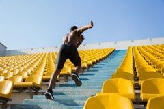 Ενεργός νέος αφρικανικός αθλητικός τύπος που αναρριχείται επάνω στα σκαλοπάτια Στοκ φωτογραφίες με δικαίωμα ελεύθερης χρήσης