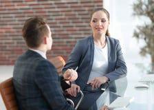 Ενεργός νέος υπάλληλος γυναικών στο γραφείο Στοκ Φωτογραφία