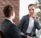 Ενεργός νέος υπάλληλος γυναικών στο γραφείο Στοκ εικόνα με δικαίωμα ελεύθερης χρήσης