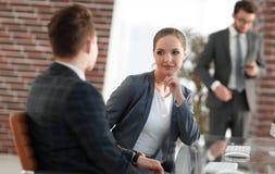 Ενεργός νέος υπάλληλος γυναικών στο γραφείο Στοκ Εικόνα