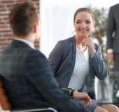 Ενεργός νέος υπάλληλος γυναικών στο γραφείο Στοκ Εικόνες