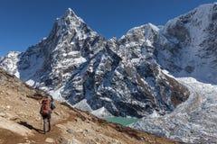 Ενεργός οδοιπορία οδοιπόρων στο Νεπάλ προς ένα ύψος στοκ φωτογραφία με δικαίωμα ελεύθερης χρήσης