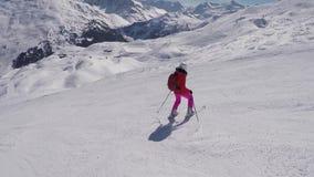 Ενεργός σκιέρ που κάνει σκι κάτω από τις βουνοπλαγιές το χειμώνα στο αλπικό σκι απόθεμα βίντεο