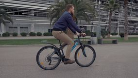 Ενεργός τύπος σε ένα ποδήλατο απόθεμα βίντεο