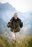 ενεργός υψηλός πεζοπορία πρεσβύτερος βουνών Στοκ φωτογραφία με δικαίωμα ελεύθερης χρήσης