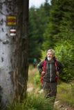ενεργός υψηλός πεζοπορία πρεσβύτερος βουνών Στοκ εικόνες με δικαίωμα ελεύθερης χρήσης