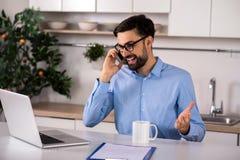 Ενεργός χαμογελώντας επιχειρηματίας που μιλά στο έξυπνο τηλέφωνο στοκ φωτογραφία με δικαίωμα ελεύθερης χρήσης