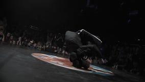 Ενεργός χαριτωμένος τύπος στα μαύρα ενδύματα που δυναμικά στη σκηνή φεστιβάλ απόθεμα βίντεο