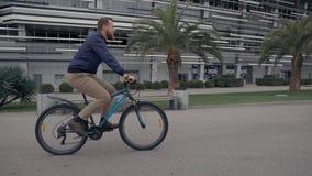 Ενεργό άτομο στο ποδήλατο φιλμ μικρού μήκους