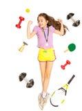 Ενεργό κορίτσι που βρίσκεται στο πάτωμα με το διαφορετικό αθλητικό εξοπλισμό Στοκ Εικόνες