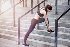Ενεργό κορίτσι sportswear που κάνει lunge στα σκαλοπάτια Στοκ Εικόνες