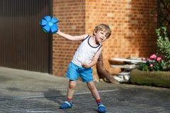 Ενεργό παιχνίδι μικρών παιδιών με το παιχνίδι σφαιρών Στοκ φωτογραφίες με δικαίωμα ελεύθερης χρήσης