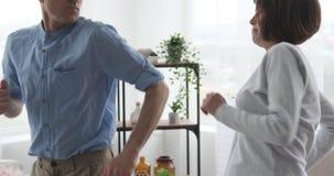 Ενεργό παλαιό ζεύγος που χορεύει στο σπίτι απόθεμα βίντεο