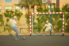 Ενεργό ποδόσφαιρο ζευγών playng Στοκ φωτογραφίες με δικαίωμα ελεύθερης χρήσης