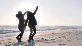 Ενεργό Σαββατοκύριακο, εύθυμος friends do selfie στο τηλέφωνο κυττάρων στην παραλία απόθεμα βίντεο
