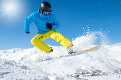 Ενεργό snowboarder στα βουνά Στοκ Εικόνες