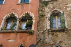 Ενετικά παράθυρα, Ιταλία Στοκ εικόνα με δικαίωμα ελεύθερης χρήσης